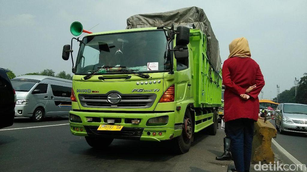Petugas Gabungan Razia Kendaraan Overload di Tol Bandara