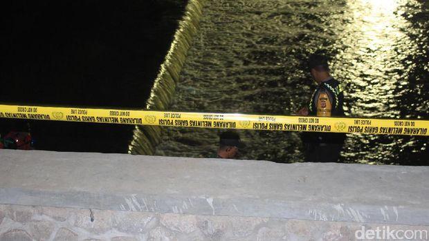 Pencarian dua pekerja bangunan yang tenggelam di Sungai Cimanuk, Garut.