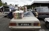Mobil WNI yang belanja di Malaysia dan membawa barang belanjaannya masuk ke Indonesia.