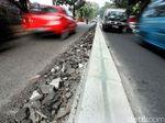 Serpihan Aspal di Jalan Raya Ragunan Bahayakan Pengendara