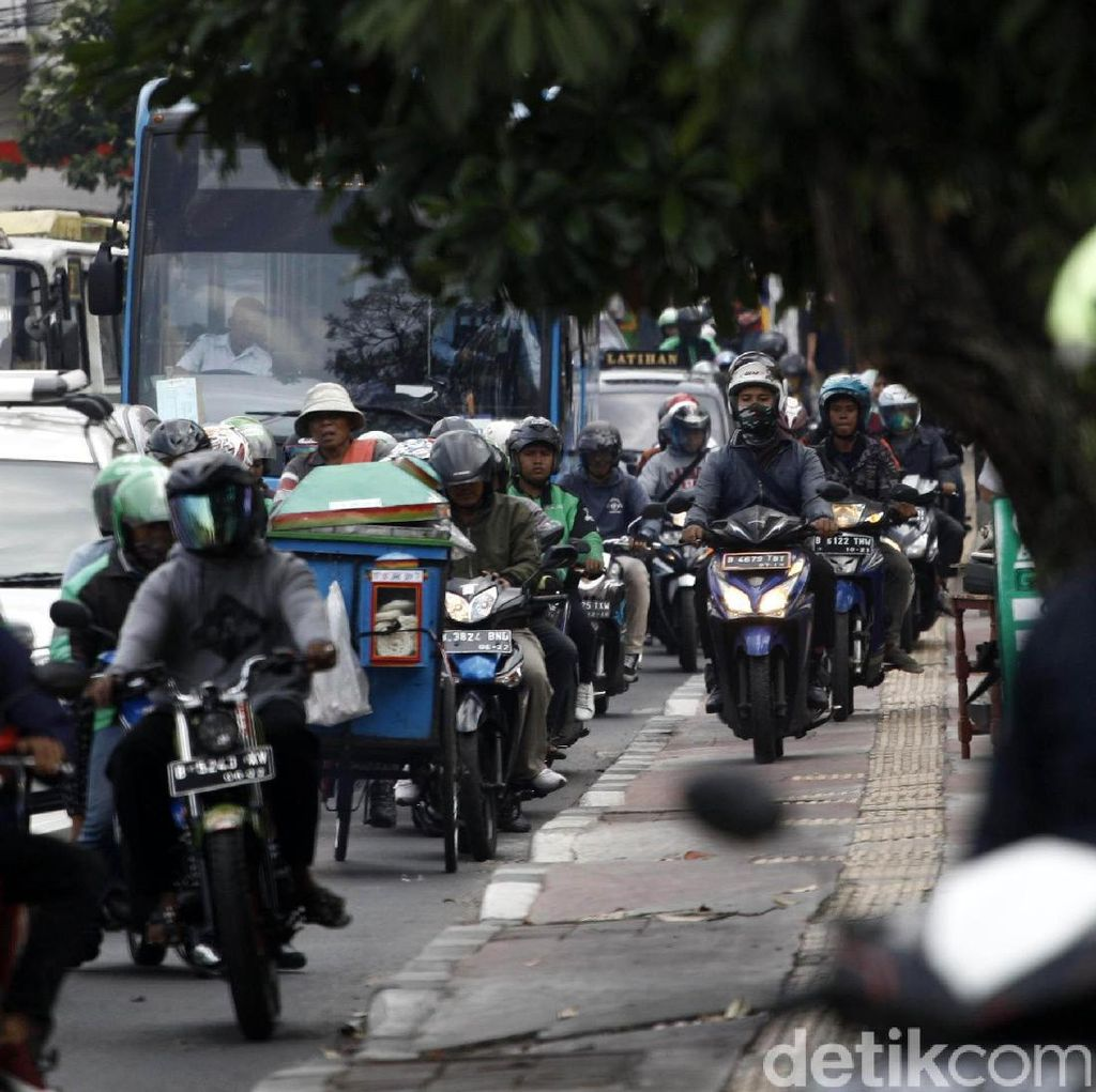 Terlalu, Pemotor Ini Serobot Jalur Pejalan Kaki di Bulan Tertib Trotoar