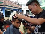 Tukang Cukur di Garut Blusukan ke Sekolah Dasar