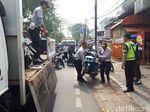 Bulan Tertib Trotoar di Jakpus, 3 Mobil Diderek dan 4 Motor Dibawa