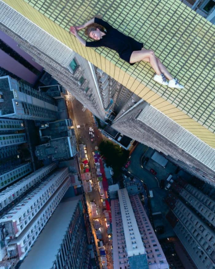 Dia adalah Angela Nikolau wanita berusia 23 tahun asal Rusia. Lewat akun Instagram, ia membagikan foto-foto ekstrim di gedung yang mencapai ratusan meter tingginya. Foto: Instagram