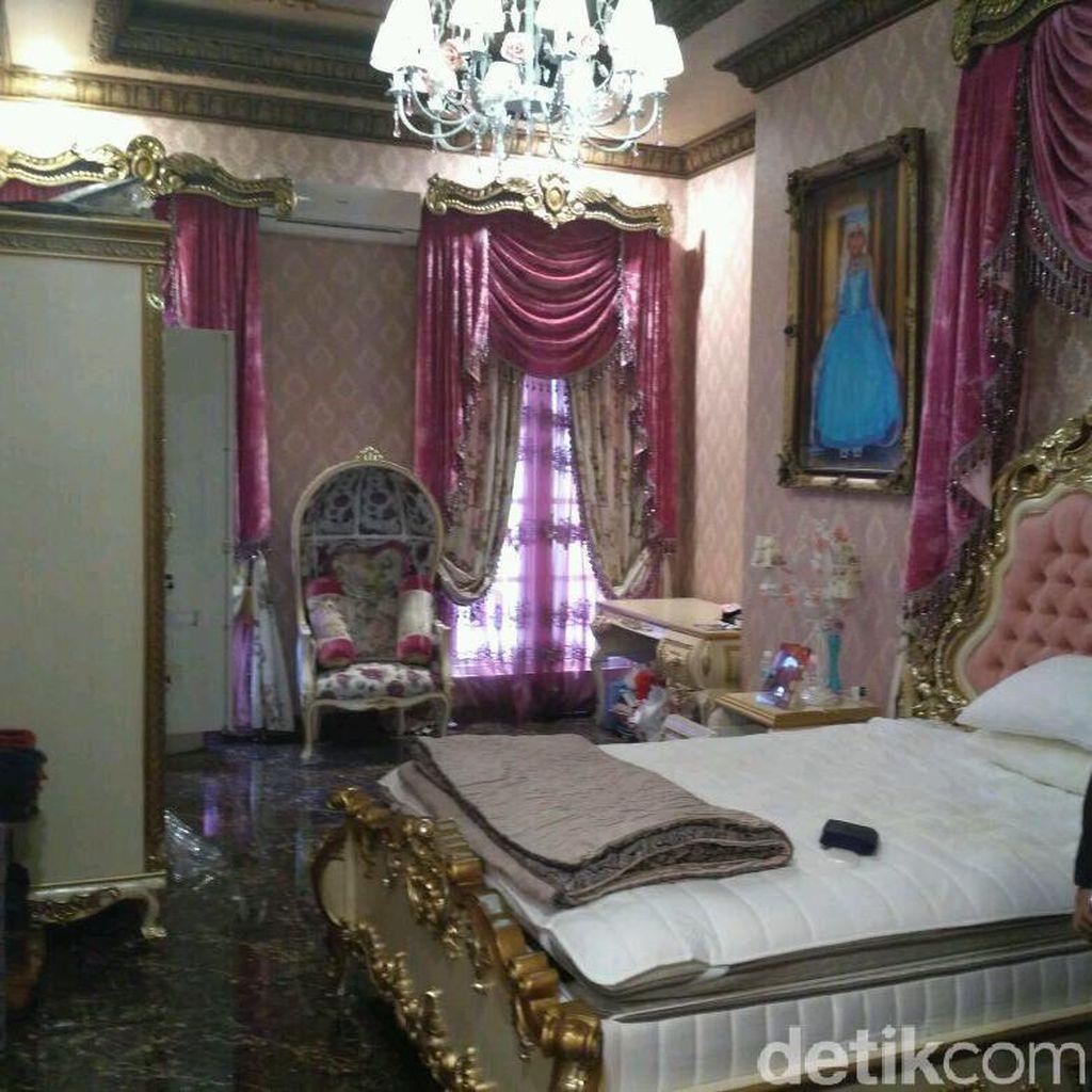 Deretan Tirai Menjuntai di Rumah Mewah Bos First Travel