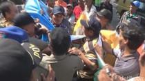 Demo Petani Tebu di Pabrik Gula Jombang Diwarnai Aksi Dorong