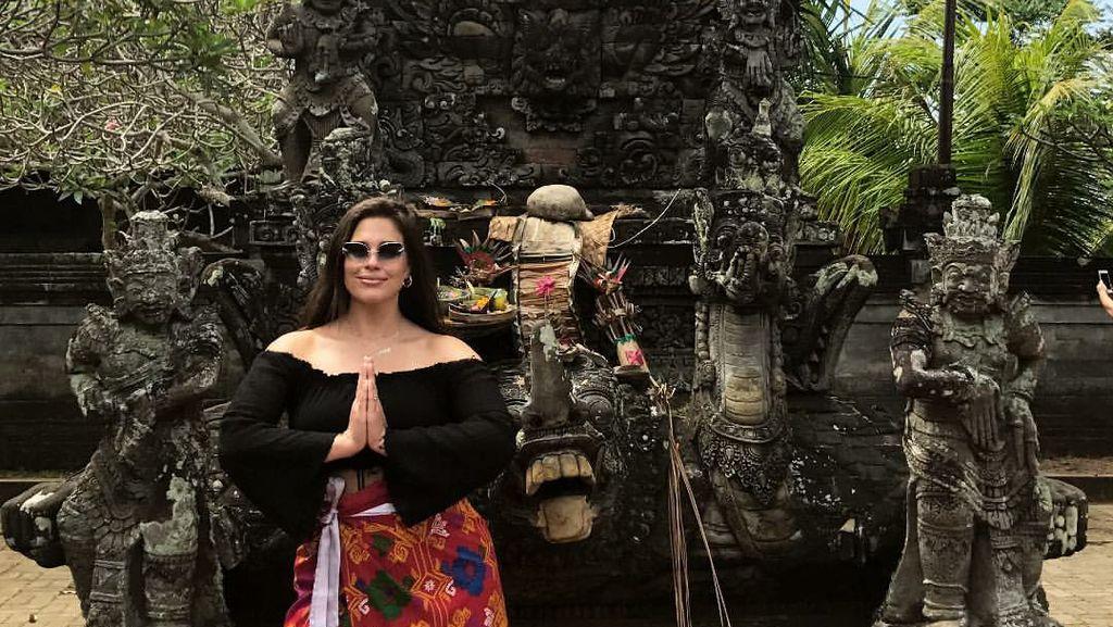 Sst! Model Seksi Ashley Graham Lagi Liburan di Bali