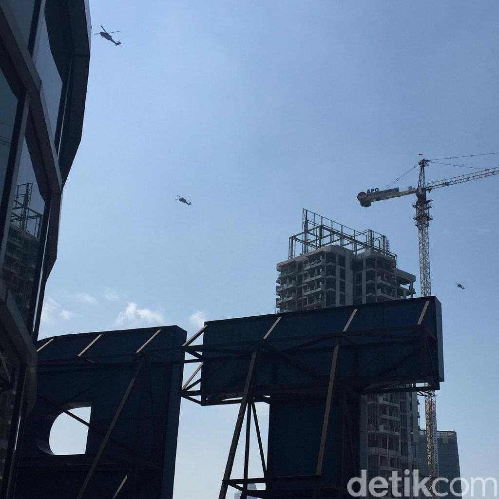 8 Helikopter TNI Berputar-putar di Langit Jakarta, Ada Apa Ya?