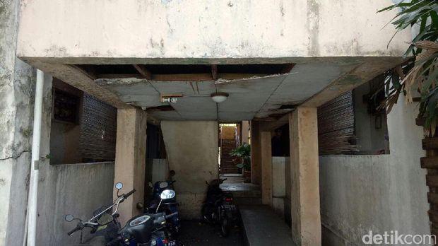 Mes Dirjen Hubla ini tidak terawat dan cat temboknya mengelupas. Plafon juga rusak.