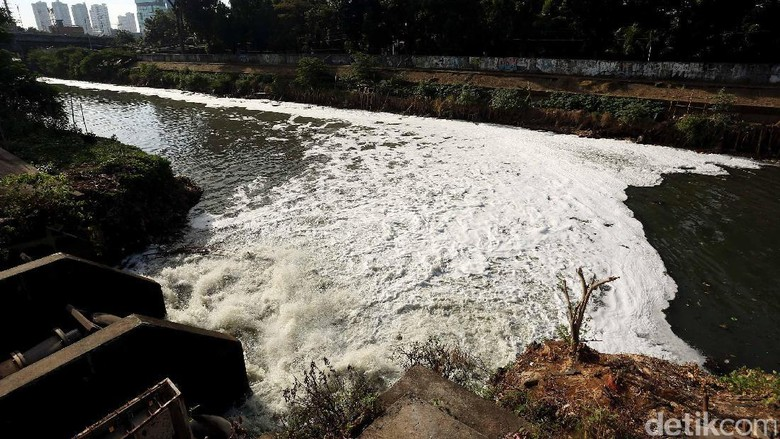 Sungai Ciliwung di Manggarai Berbuih