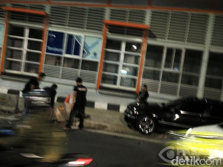 Sedan BMW Tabrak Separator Busway di Tendean