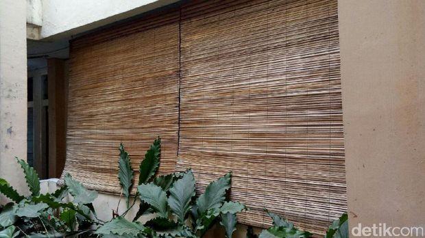 Ada krey bambu yang dipasang di mes Dirjen Hubla.