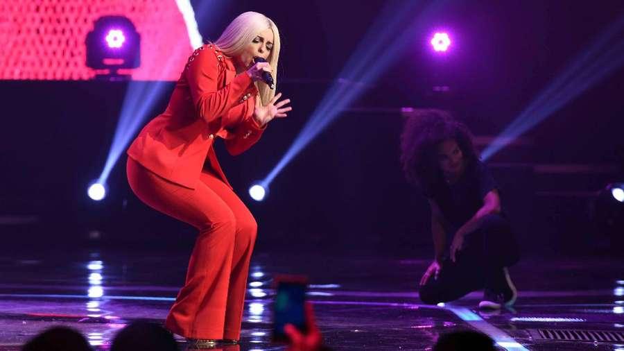 Sexy in Red! Penampilan Bebe Rexha di Indonesia