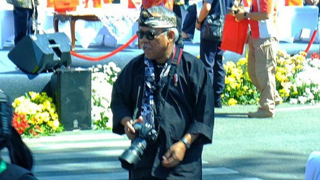 Aksi Menteri PUPR Pegang Kamera Sampai Ngemper di Aspal
