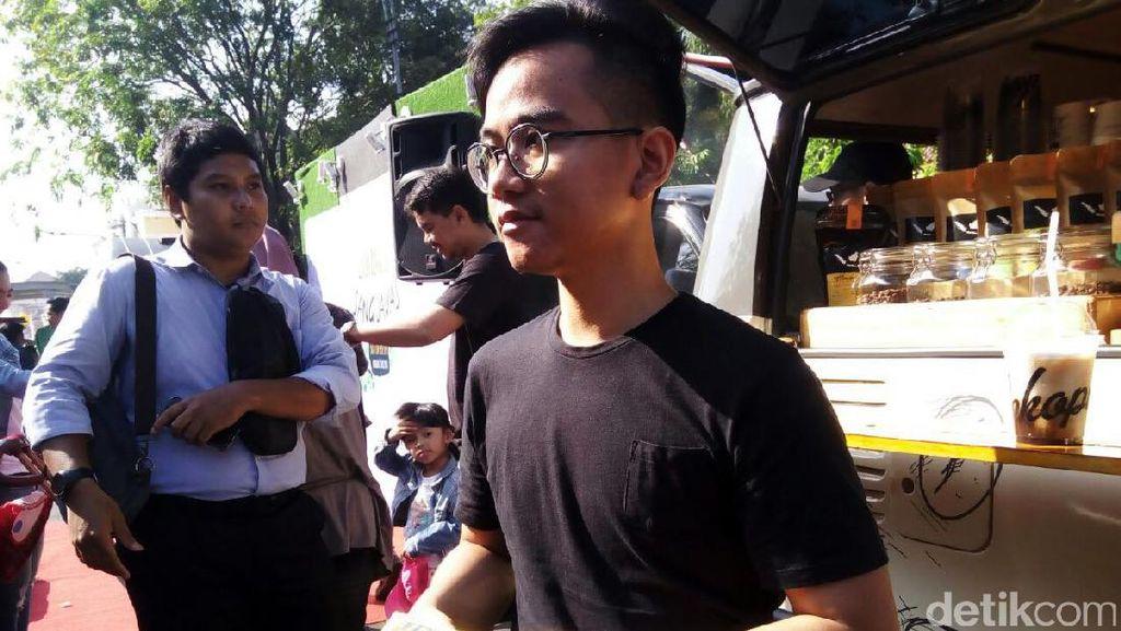 Foto: Gaya Santai Dua Putra Jokowi Promosi Bisnis Martabak dan Kaos