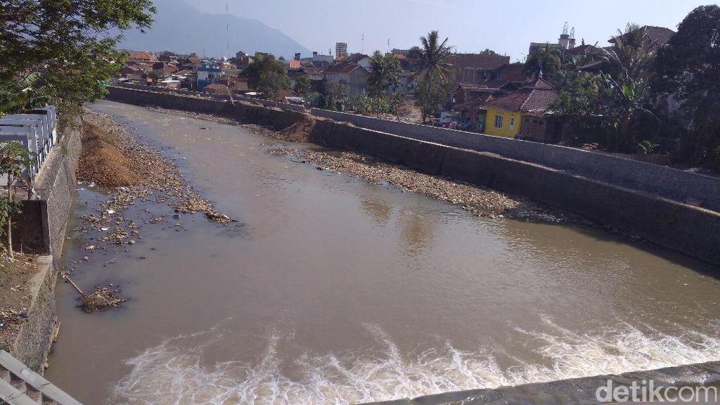 Kemarau, Ketinggian Air Sungai Cimanuk di Garut Menyusut