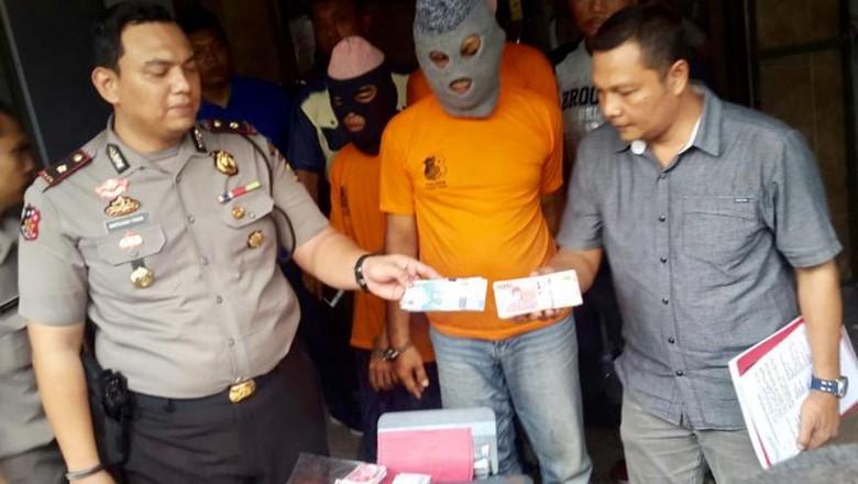 Polisi Bekuk Komplotan Pengedar Uang - Jakarta Komplotan pencetak dan pengedar uang palsu dibekuk polisi di Sumatera Dari tangan uang palsu Rp juta empat