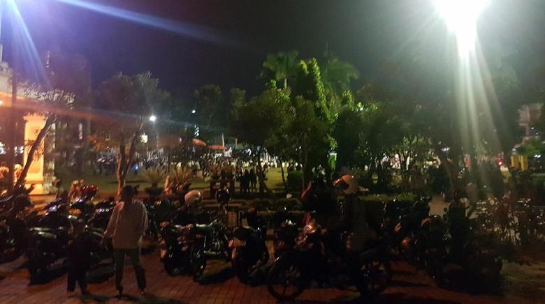 Warga Menyemut Tunggu Kedatangan Jokowi - Sukabumi Warga menyemut menunggu kedatangan Presiden RI Joko Widodo di Masjid Agung Kota Jawa Mereka terus berdatangan dan