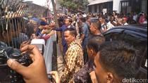 Jokowi Tiba di Stasiun Sukabumi, Warga Berebut Ingin Salaman