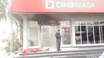 Pintu Masuk Bank CIMB Niaga Galunggung Sempat Terbakar
