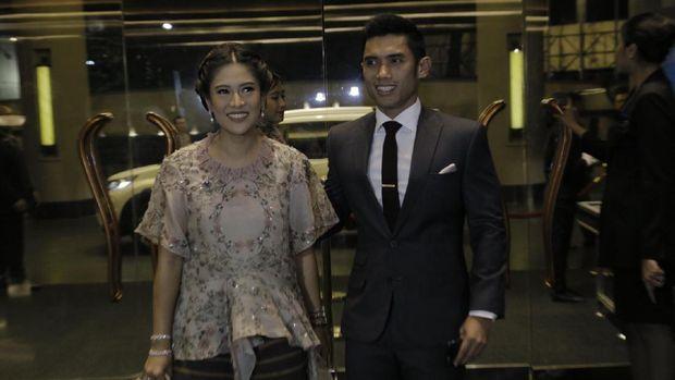 Aktris Dian Sastro hadir resepsi Raisa-Hamish Daud bersama suami