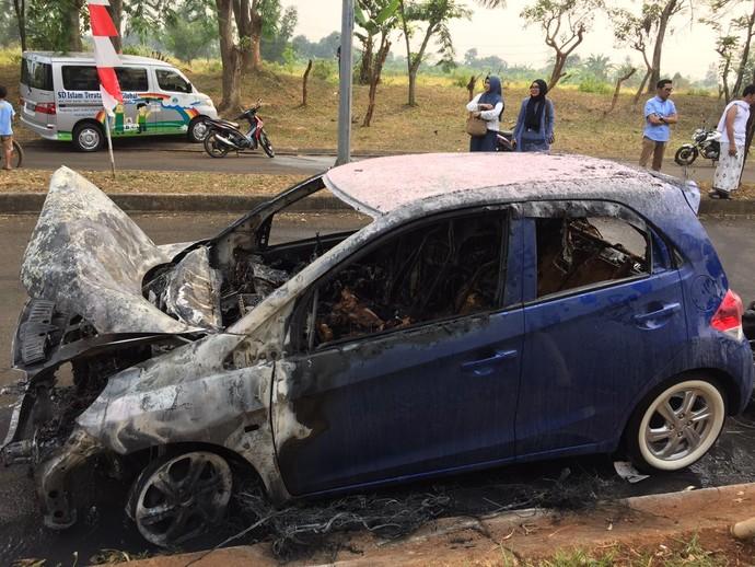 Penampakan Honda Brio yang Terbakar di Sebuah Rumah di Bekasi