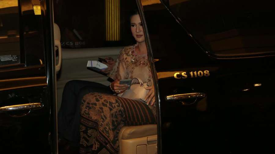 Pulang dari Nikahan Raisa-Hamish Daud, Dian Sastro Naik Taksi