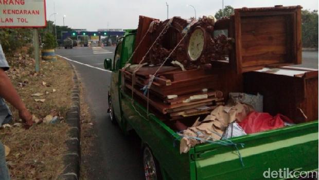 Mobil dipakai angkut mebel menuju Bandung
