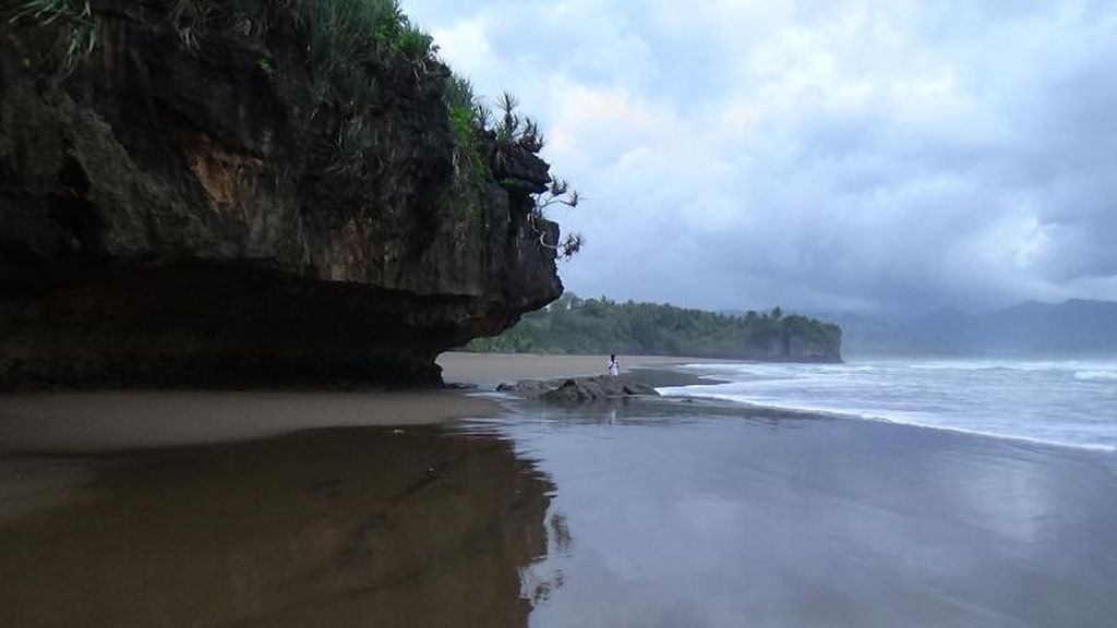 Paket Lengkap! Pantai, Air Terjun, dan Goa Ada di Trenggalek