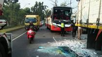 Bus Tabrak Truk Parkir di Jombang, Tak Ada Korban Jiwa