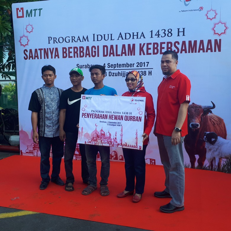 Telkomsel Area Jawa Bali Serahkan 163 Ekor Hewan Kurban