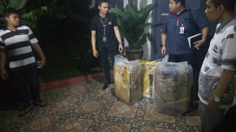Di Rumah Ortu Bos First - Jakarta Setelah menggeledah rumah adik bos First Travel bernama Siti Nuraidah penyidik Bareskrim menyambangi rumah orang tua bos