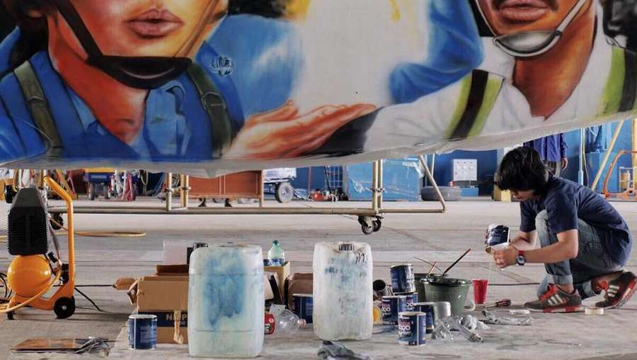 Begini Proses Mural Warkop DKI Reborn di Pesawat