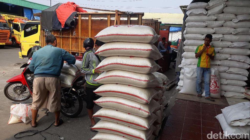 Pedagang Cipinang: Biasanya Datang 10 Truk Beras, Sekarang Cuma 5
