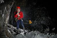 Wahana flying fox ini berada di kedalaman 400 meter di bawah tanah (go-below.co.uk)