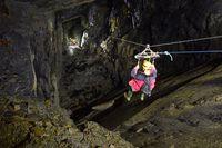 Flying fox di dalam gua sepanjang 130 meter (go-below.co.uk)