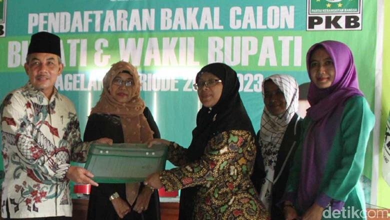 Wabup Magelang Kembalikan Formulir ke - Magelang Wakil Bupati HM Zaenal Arifin mengembalikan berkas pendaftaran bakal calon bupati di kantor DPC PKB Kabupaten Zaenal