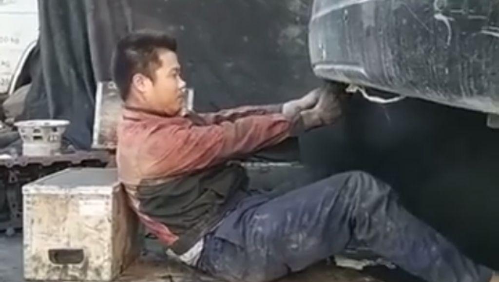 Mekanik Ini Kasihan Deh, Lagi Servis Mobil Malah Disembur Asap Hitam