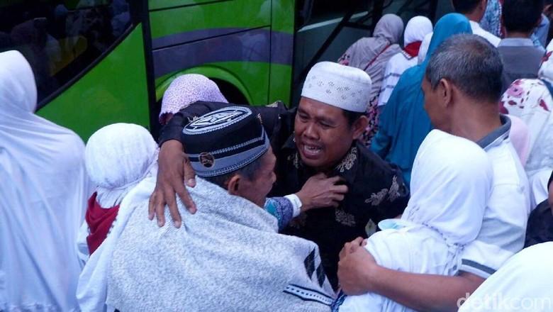 Tangis Haru Mewarnai Kedatangan Jemaah - Banjarnegara Suasana haru mewarnai saat kedatangan ratusan jemaah haji asal Kabupaten Banjarnegara yang kembali ke tanah Tangis haru