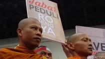 Umat Buddha Ikut Aksi Peduli Rohingya di Bandung