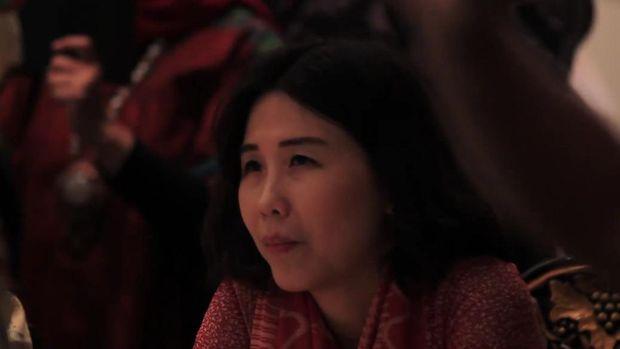 Veronica Tan menyimak isi surat Ahok yang dibacakan putra sulung mereka