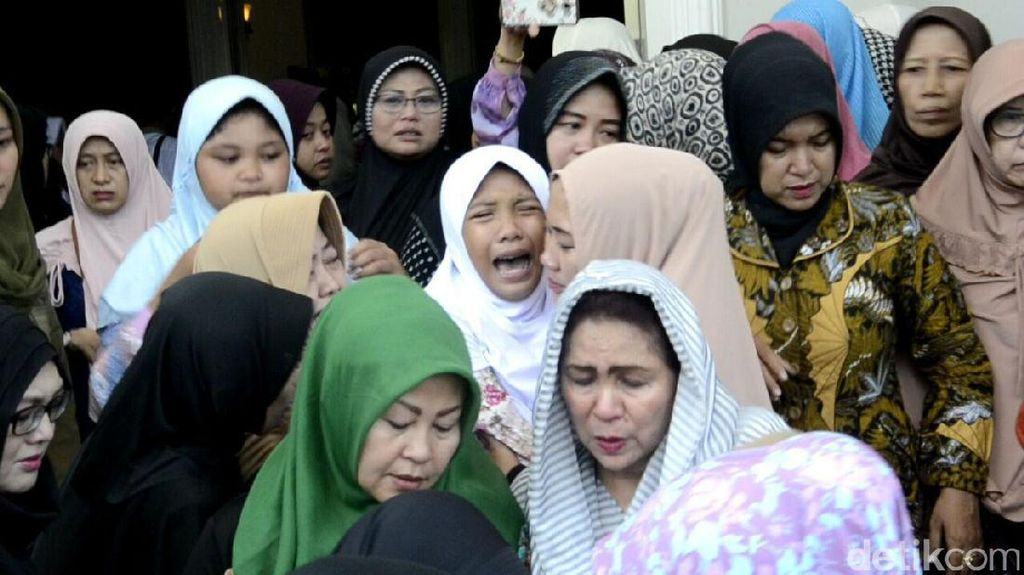 Isak Tangis Warnai Pemakaman Wali Kota Pekalongan