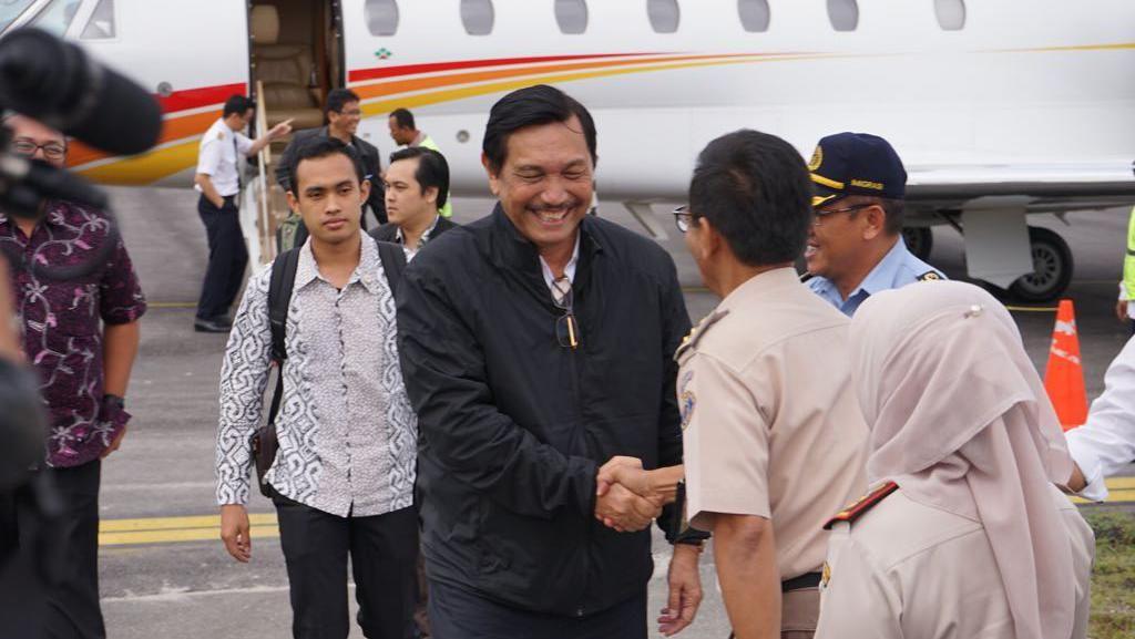 Naik Jet Pribadi dari Singapura, Luhut Jajal Bandara Silangit