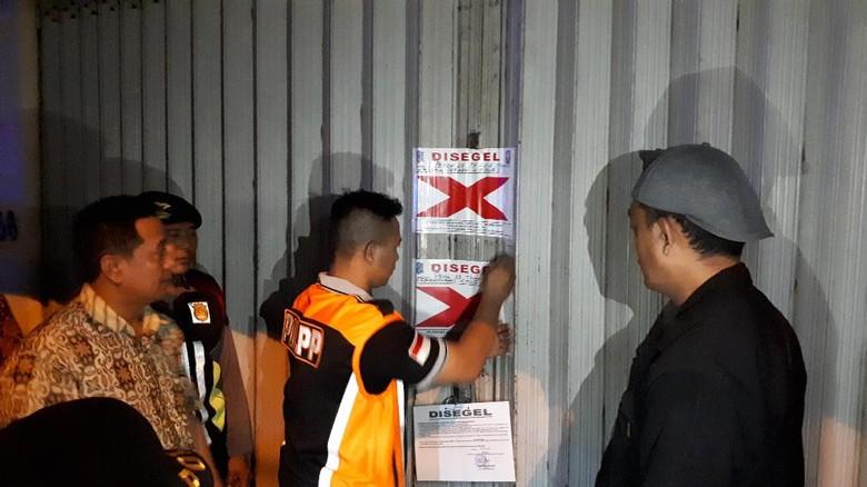 Salahi Rumah Musik Joker Ditutup - Surabaya Rumah musik Joker di Jalan Pahlawan Tempat hiburan malam itu ditutup karena menyalahi izin yang dikeluarkan serta