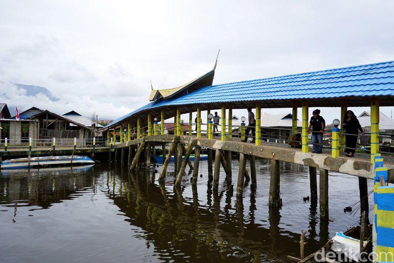 Jembatan yang terbuat dari batu bacan ini bisa traveler lihat di Kota Labuha, kota terbesar di Pulau Bacan. Jembatan ini jadi spot wisata yang wajib dilihat kalau traveler melancong ke Pulau Bacan (Wahyu/detikTravel)