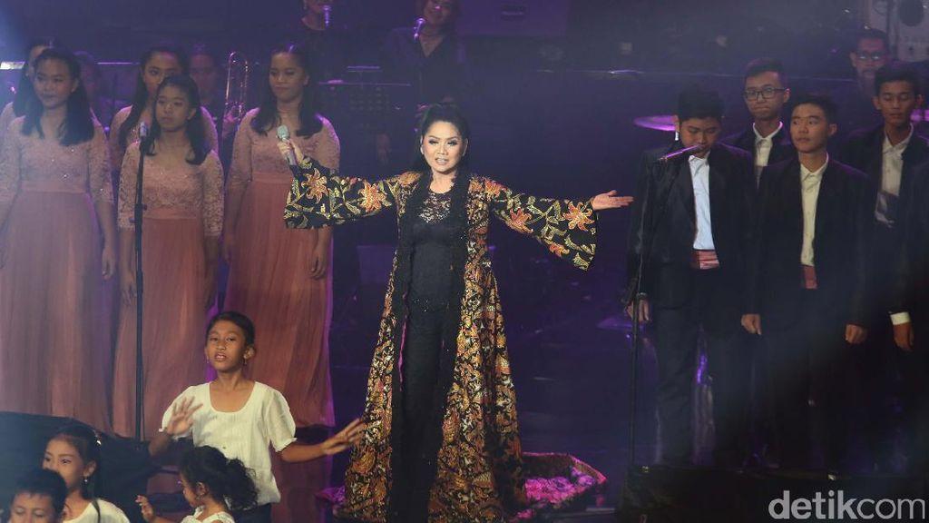 Nostalgia Panjang di Konser September Ceria Vina Panduwinata