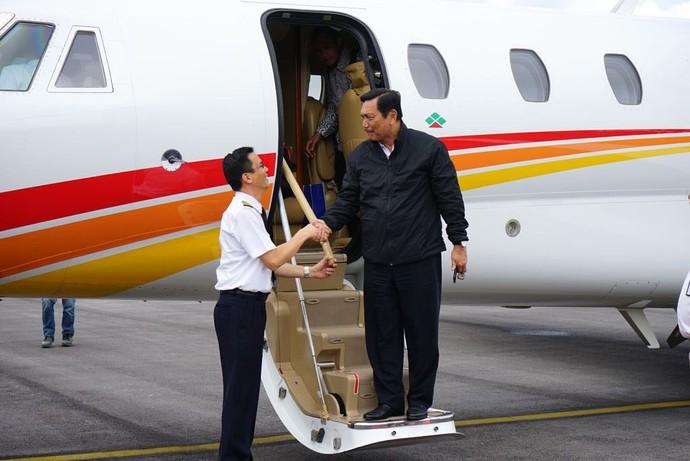 Foto: Luhut Jajal Bandara Silangit dengan Jet Pribadi
