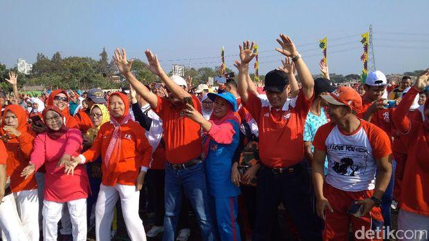 Gubernur DKI Djarot Saiful Hidayat senam bersama warga