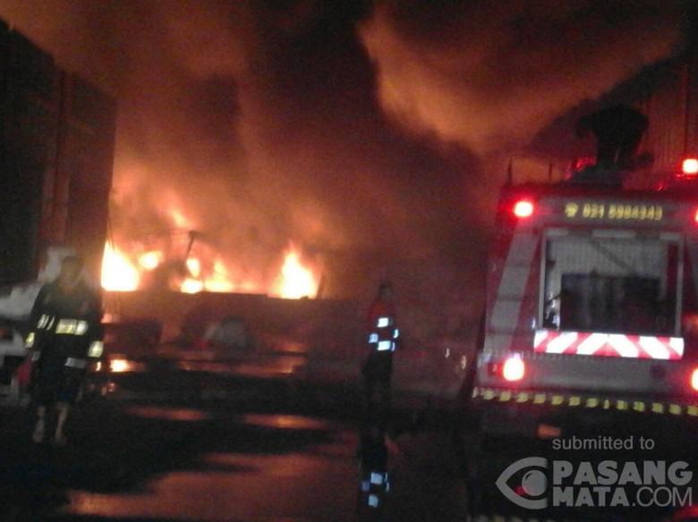 Sebuah Pabrik Plastik Terbakar di - Tangerang Sebuah pabrik plastik di mengalami Penyebab kebakaran masih belum kebakaran pabrik kata petugas jaga Dinas Kebakaran Kabupaten