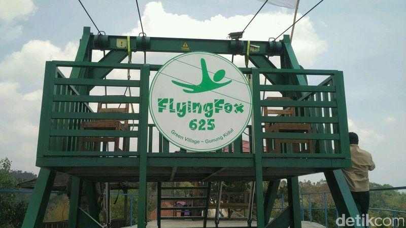 Flying Fox Mertelu terletak di kawasan Green Village Gedangsari, Gunungkidul. Flying fox ini memiliki panjang lintasan 625 meter. Dengan lintasan sepanjang itu, pengunjung bisa meluncur sampai kecepatan 80 kilometer per jam (Usman/detikTravel)